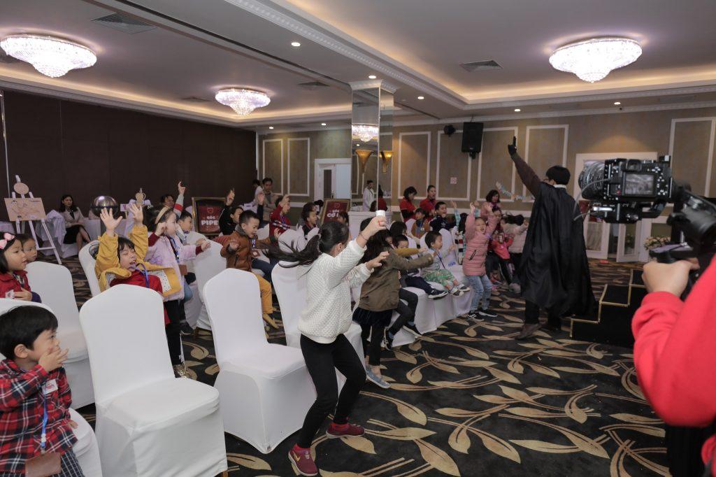 """Các bạn nhỏ tham gia hoạt động trải nghiệm của Sunshine Maple Bear tại hội thảo """"Sunshine Maple Bear cùng con kiến tạo tương lai"""" diễn ra vào ngày 20/1 vừa qua."""