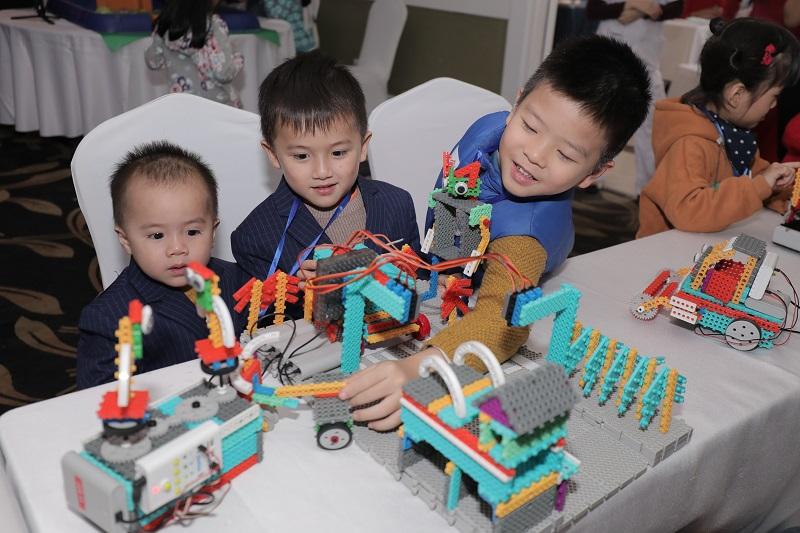 Các bạn nhỏ được tham gia các hoạt động STEM ngay tại hội thảo.