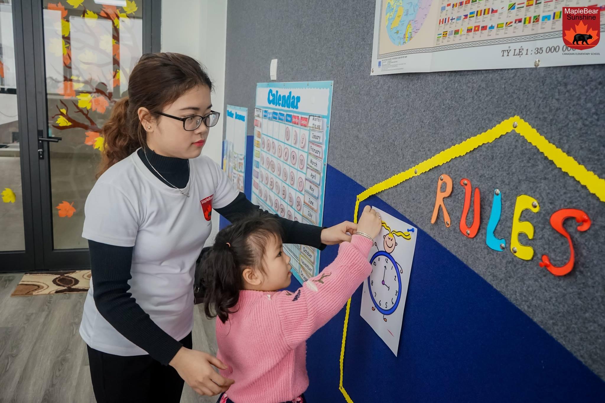 Các bạn được cô giáo chia sẻ về các quy tắc trong lớp học, về cách giữ an toàn khi tham gia giao thông...
