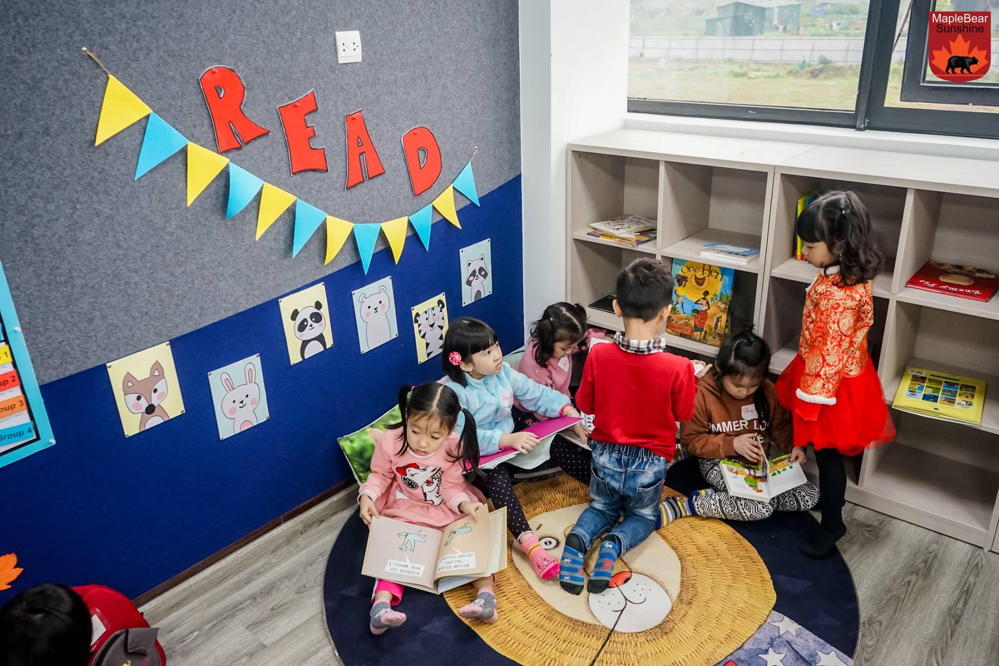 """Nhiều bạn nhỏ hào hứng với """"Góc đọc sách"""" của """"lớp học hạnh phúc"""". Tại đây các bạn nhỏ được tha hồ chọn lựa và tìm đọc những cuốn sách mình yêu thích."""