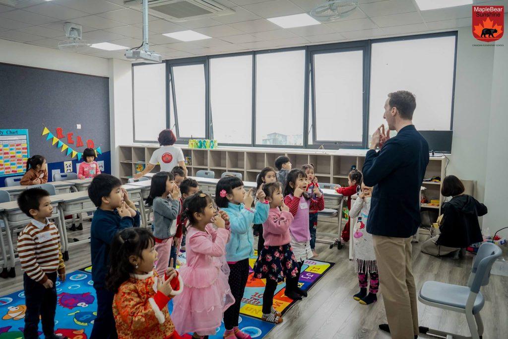 Lớp học Tiếng Anh giúp các học sinh tiếp cận một ngôn ngữ mới thông qua các hoạt động kể chuyện và game vận động nho nhỏ.
