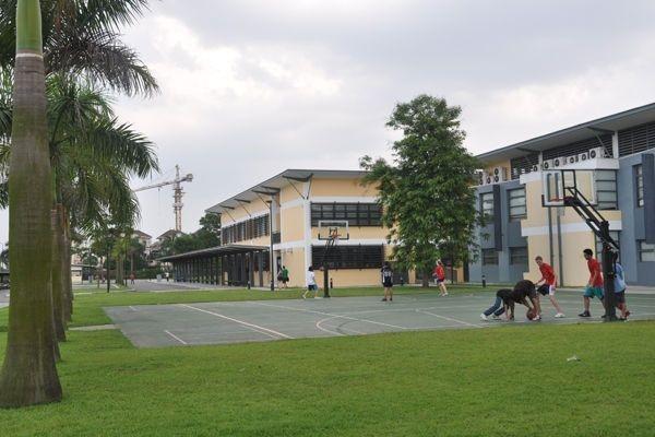 Đây cũng là ngôi trường đầu tiên tại châu Á giảng dạy theo Chương trình Tú tài quốc tế